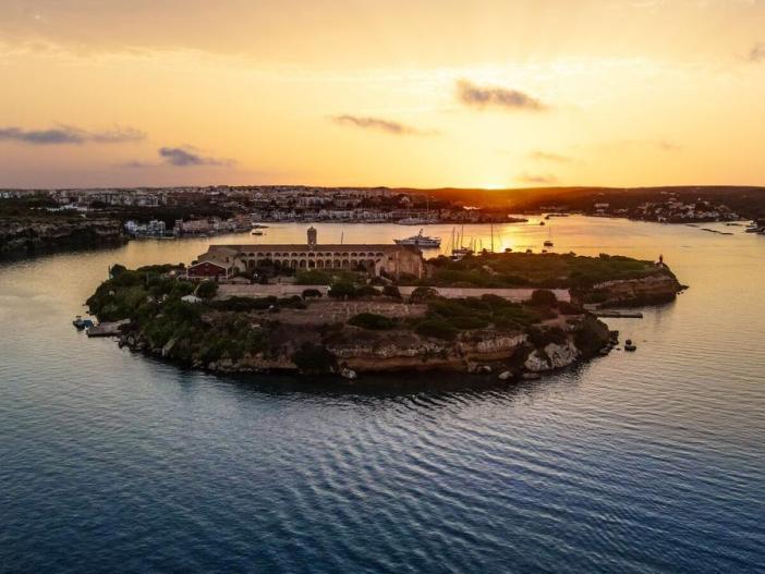 Situada no meio do canal de entrada principal de Mahon, Isla del Rey é uma das três ilhas do porto. Foto: Be Creative, Menorca / Hauser & Wirth