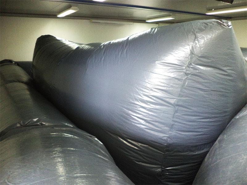 sculpture-tubulaire-grise-sacs-poubelle-artfordplus