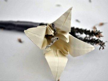 Membuat Hiasan Bunga Lily Dengan Lipatan Kertas Origami