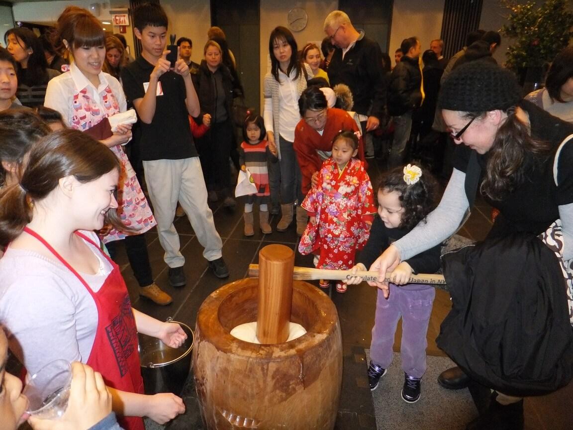 Menjelang Tahun Baru, Yuk Kita Lihat Tradisi Mochi-Tsuki Yang Banyak Dilakukan Oleh Masyarakat Jepang !
