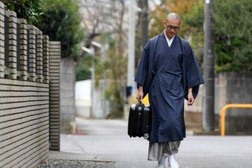 Protes Para Biksu Mengenai Prosedur Larangan Berkendara Dengan Jubah Menjadi Viral Di Sosial Media Jepang !