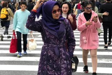 Titin Faradju Padukan Sulam Usus Lampung Dengan Harajuku Style Di Shibuya Jepang (4)