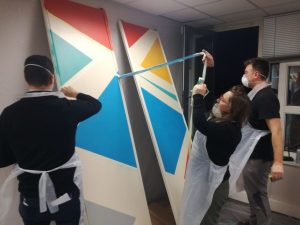 Les équipes en action lors du relooking des bureaux version Street Art