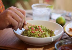Chili Garlic Guacamole is perfect with Brown Rice Tortilla Chips | www.artfuldishes.com