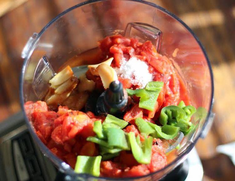 Blending Roasted Jalapeno Blender Salsa | www.artfuldishes.com