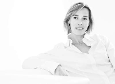 photographe portrait : femme dans canapé en noir et blanc