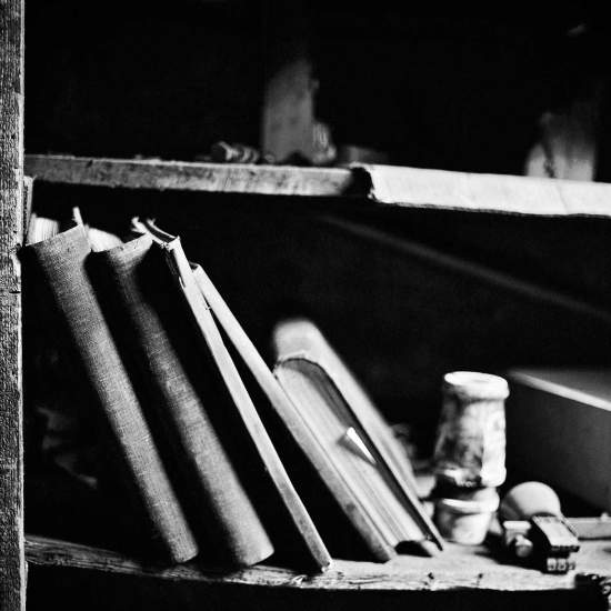 photographe reportage urbex : uziness - anderlues - vielle étagère avec livre