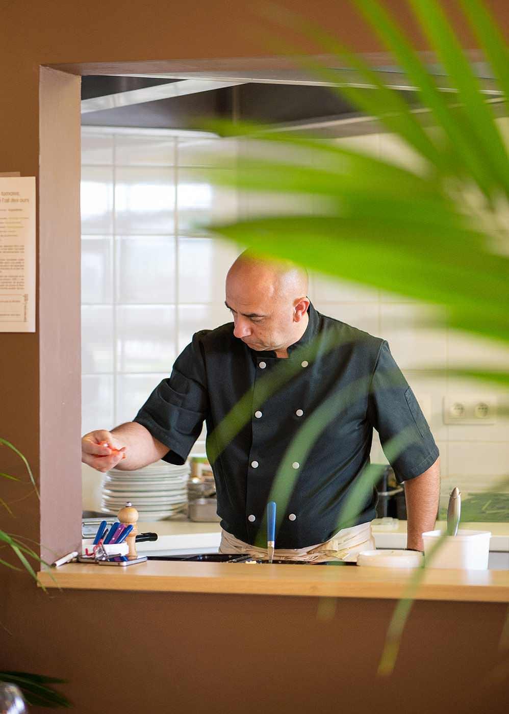 Portrait photo du chef au restaurant inspiration locale