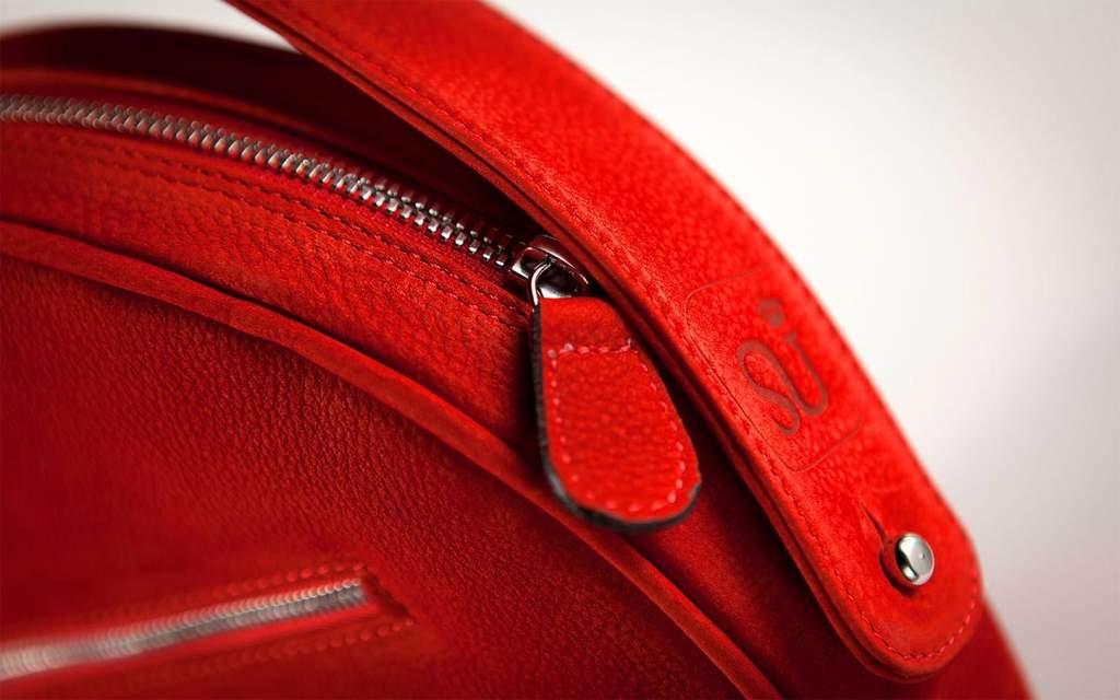 Photographe de packshot : net-flou sur une sac de luxe en studio