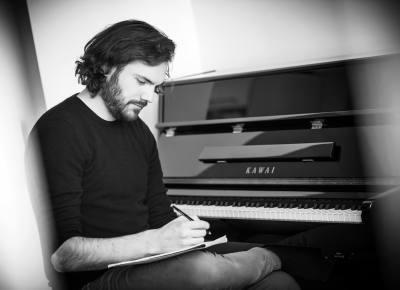 Portrait photo d'un artiste musicien compositeur à bruxelles