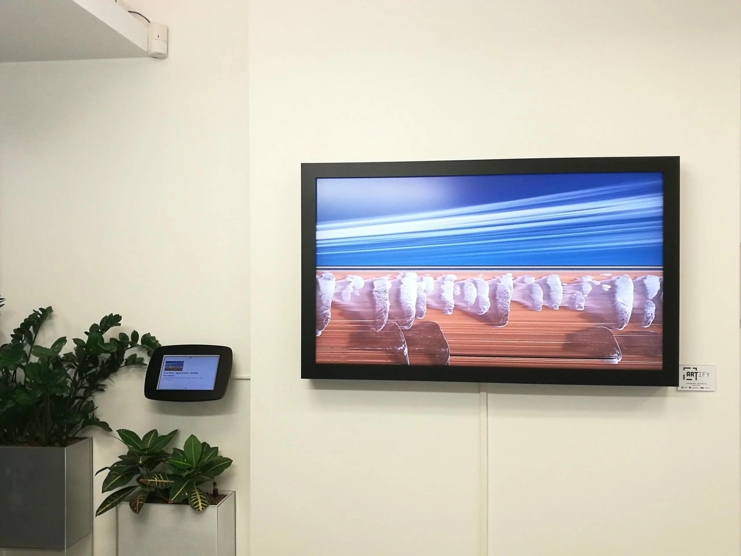 Artify - Tableau d'art connecté chez Synthec dans le Hall d'accueil