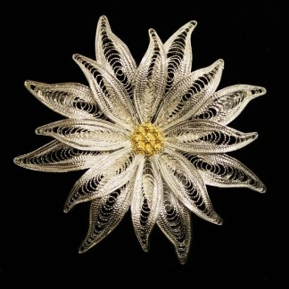 Spilla in filigrana d'argento raffigurante un fiore di stella alpina con anello posteriore per poterla usare anche come ciondolo cm 5.5