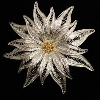 Spilla in filigrana d'argento e cristalli Swarovski raffigurante un fiore di stella alpina con anello posteriore per poterla usare anche come ciondolo cm 5.5