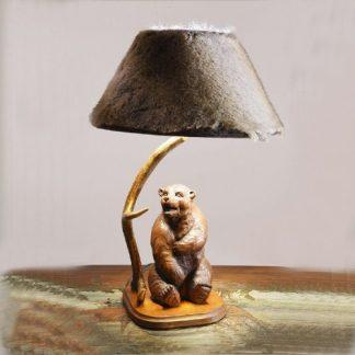lampada da tavolo con corno di cervo e statua orso interamente fatta a mano in legno, paralume escluso. Altezza alla lampaina cm. 50