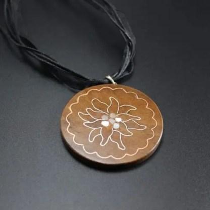 Ciondolo in legno intarsiato tecnica Tar-kashi