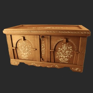 Portagioie in legno di cirmolo dipinto a mano con contenitore interno e divisorio amovibile. Cm 27x12.7 x h 14 € 230 – eseguibile su ordinazione con decori personalizzabili-