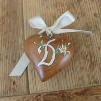cuore bombato in legno decorato