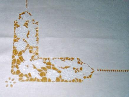 Angolo copriletto di lino ricamato a intaglio