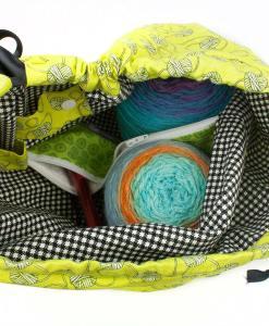 Sac à tricot avec pochette de rangement - Aux motifs de balles de laine sur fond vert (ouvert)