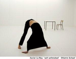 Xavier Le Roy in 'Self-Unfinished', interpretato alla XI Biennale Danza da João dos Santos Martins, al Teatro Piccolo dell'Arsenale, Venezia, 2017. Foto di repertorio, courtesy dell'artista e dmtpress@labiennale.org