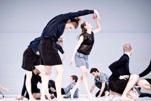 """12. Festival Internazionale di Danza Contemporanea. Debora Hay con il Cullbergballetten, in """"Figure a sea"""" (foto @labiennale.org)"""