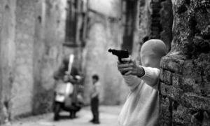 Letizia Battaglia, Vicino la Chiesa di Santa Chiara. Il gioco dei killer, 1982, Palermo © Letizia Battaglia, Casa dei Tre Oci, Venezia