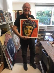 """L'artista svizzero Pietro Beretta nel suo studio di Locarno. Regge il dipinto Ritratto di signora - Aure complementari, dea serie """"Sguardi"""""""