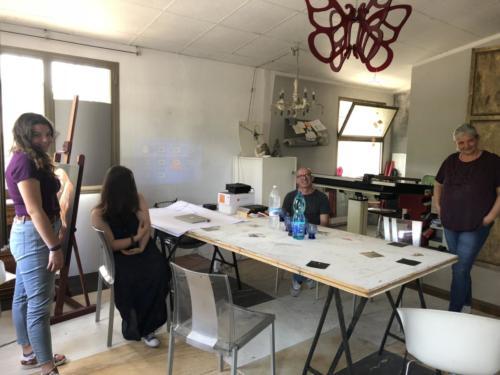 Bettina, Fabio, Chiara e Nicole insieme al tavolo da lavoro