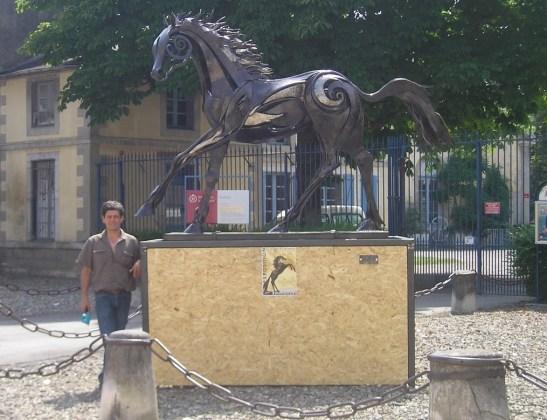 La sculpture Black-beauty acquise par la ville de Tarbes, devant les haras pour le festival Equestria