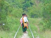 Nous suivons la voie ferrée