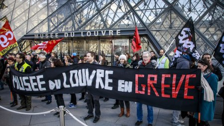 The Louvre's employees block the Museum