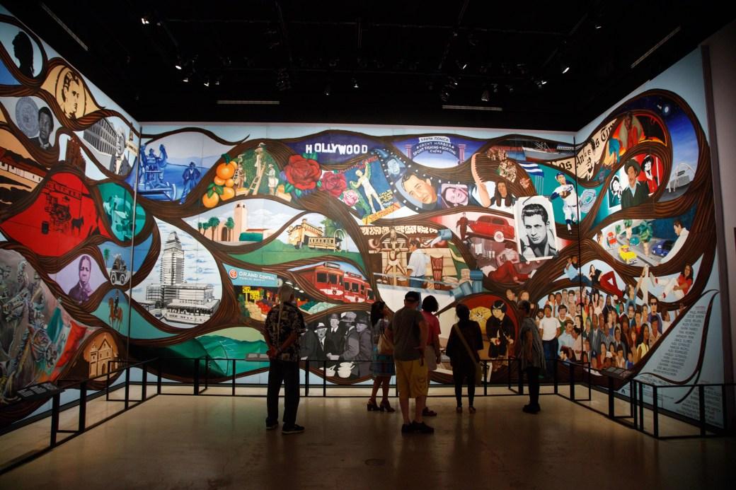 Vista de la instalación del mural de Barbara Carrasco
