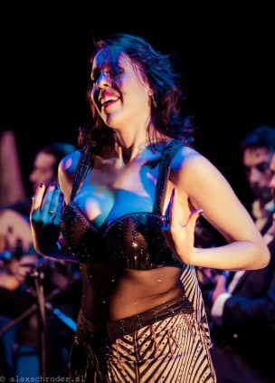 Boek buikdanseres Leana voor stijlvol entertainment, optioneel showgroep of live muziek.