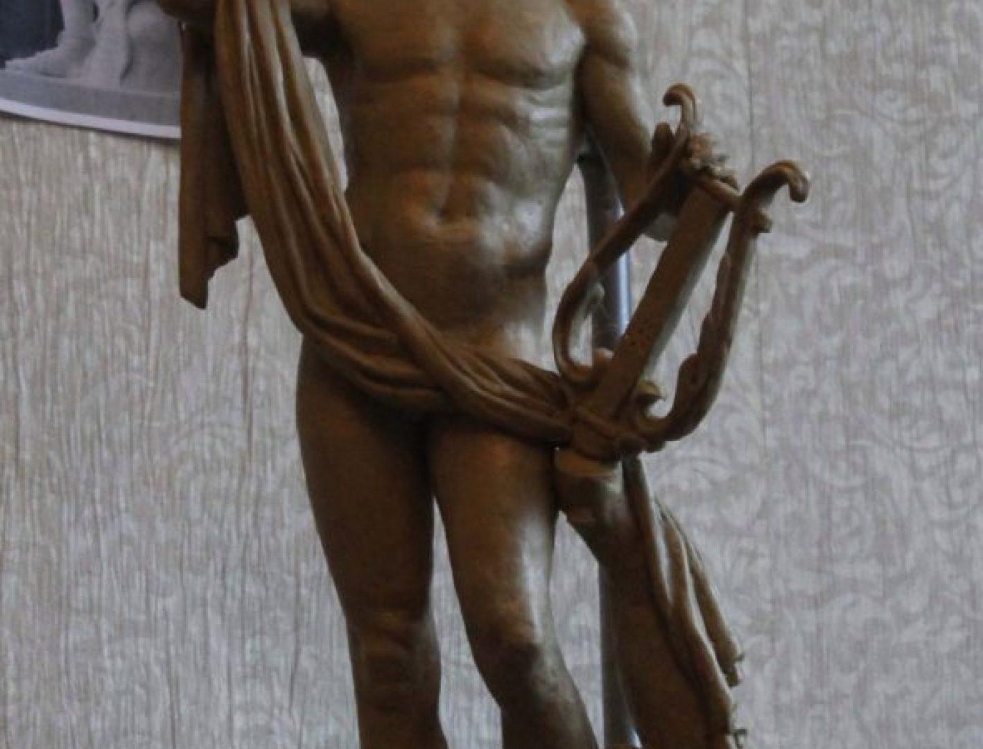 Копия статуи древнегреческого бога Аполлона из Версальского дворца