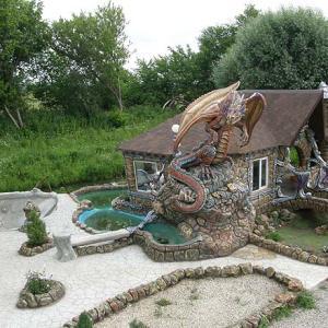 Фасад из бетона с драконом