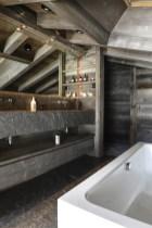 Salle de bains de la suite parentale en grès cérame. © Gilles Pernet