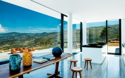 La cuisine près de l'entrée se fond dans le décor et ouvre sur les montagnes environnantes.