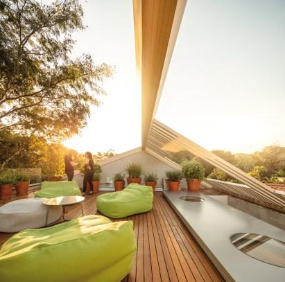 Sur la terrasse située sur le toit de la maison, seule la panne faîtière de la toiture apparaît pour laisser un espace totalement ouvert sur la nature environnante.