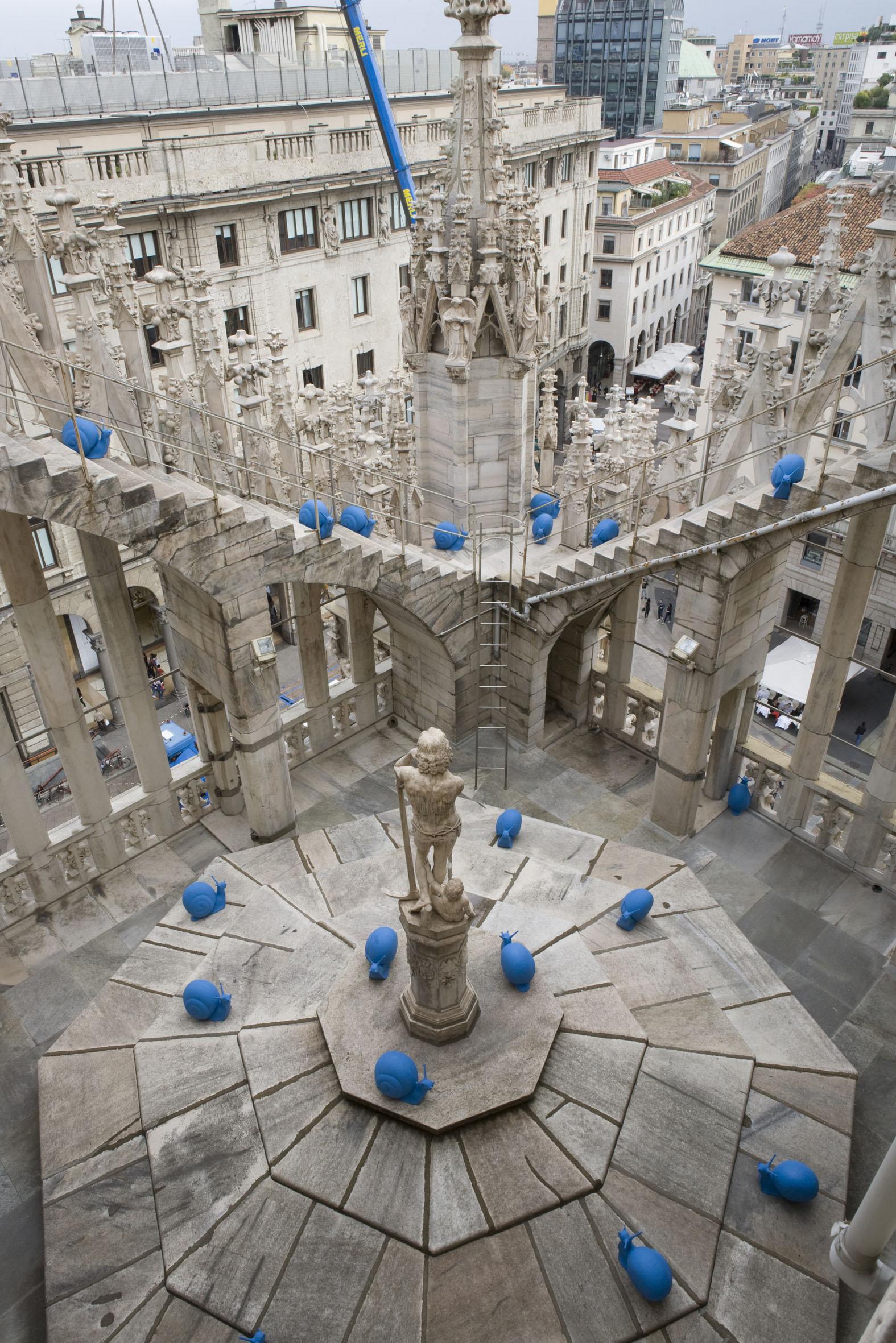 Lumache blu in processione sulla terrazza del Duomo di