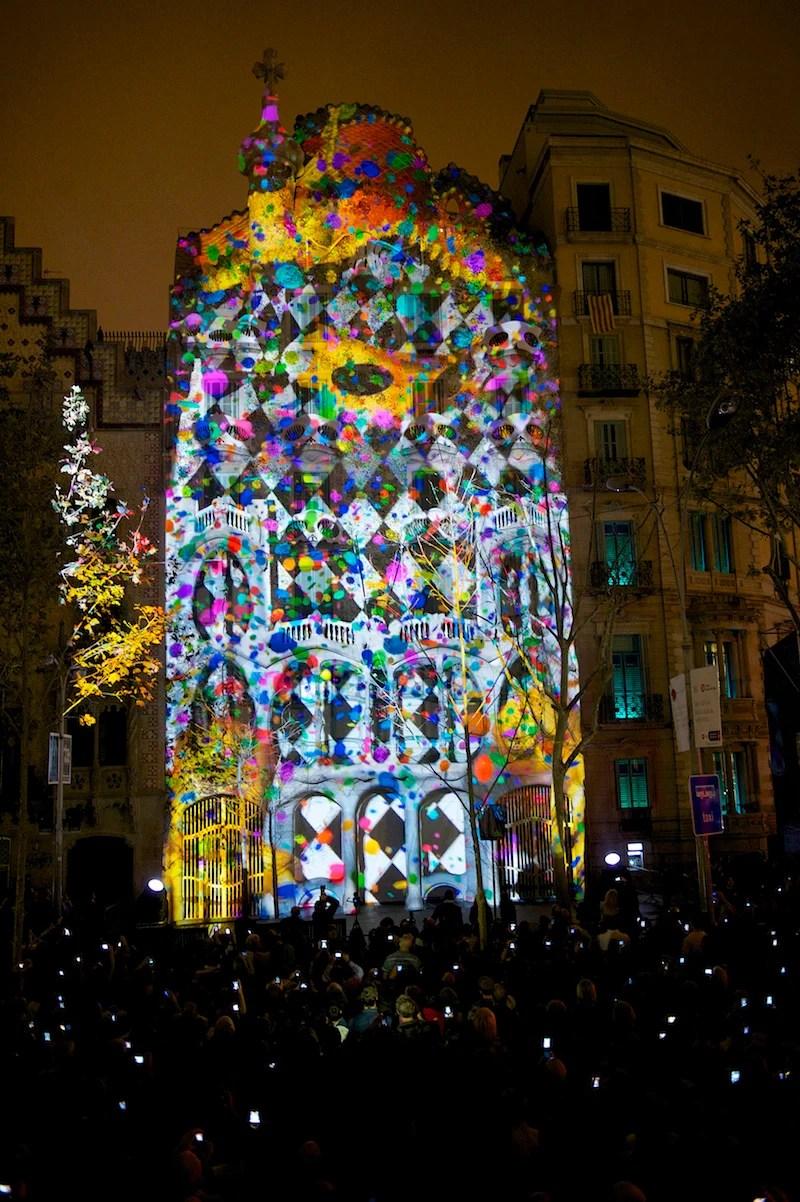 Un caleidoscopio di luci e colori su Casa Batll a Barcellona  Artribune