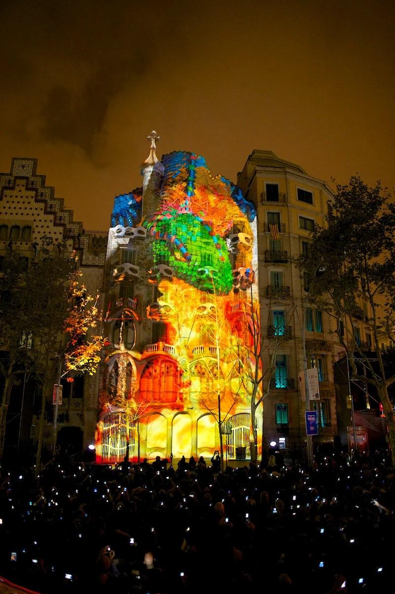 Un caleidoscopio di luci e colori su Casa Batll a