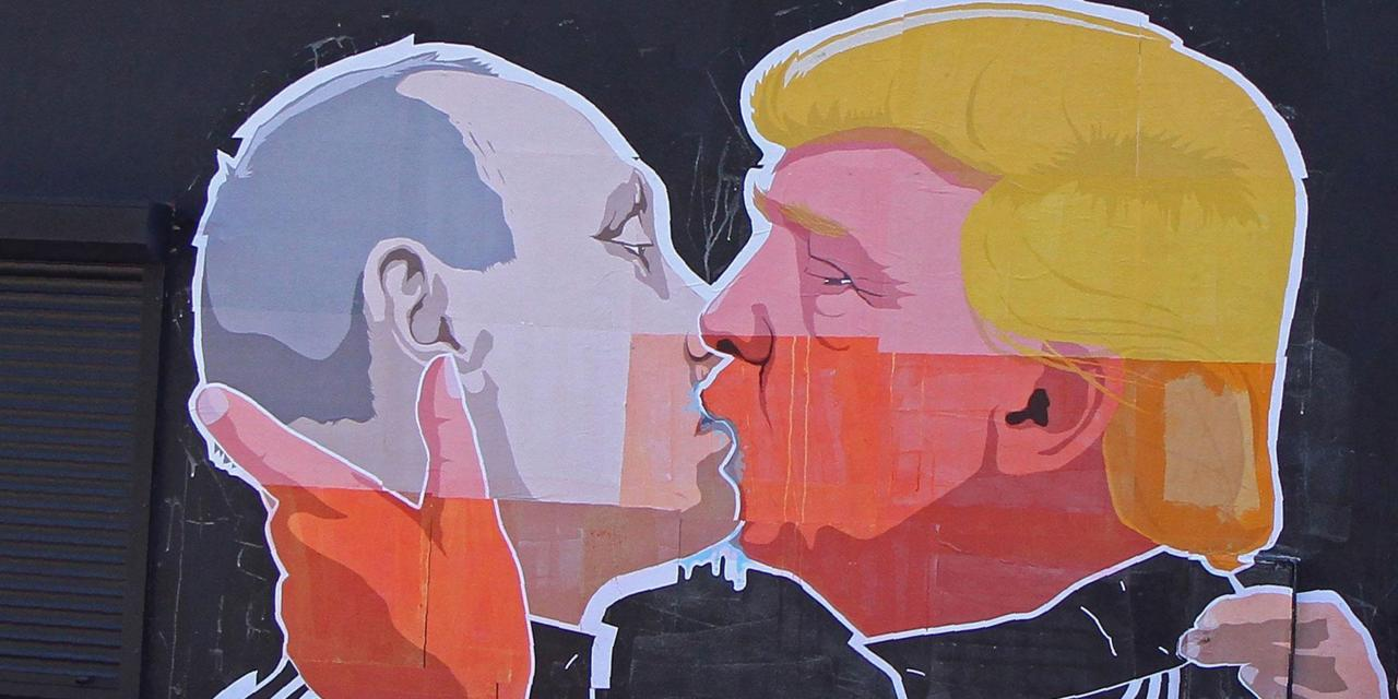 Risultati immagini per immagine Trump che bacia Putin