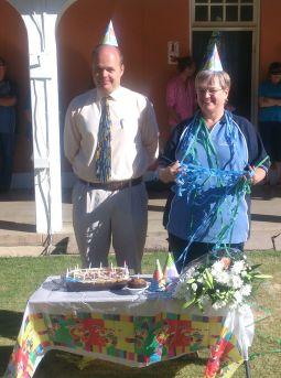 Meneer Bekker en Juffrou Prinsloo by hul partytjietafel.