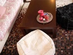 χαλί, πουφ, ριχτάρι και μαξιλάρι, δίσκος με κεριά, γούρια και κηροσβέστες