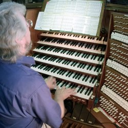 Organ with six keyboards and many switches