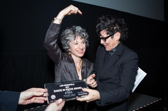 Lois Greenfield receives her Dance in Focus award from choreographer Elizabeth Streb. Photo: Yi-Chun Wu