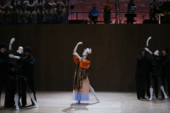 Hagoromo: Wendy Whelan in her celestial dance flanked by her puppet images. Photo Credit: Julieta Cervantes