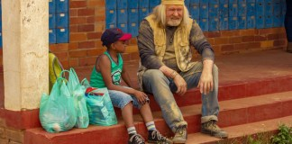 Themba Ntuli and Leon Schuster in Frank & Fearless.