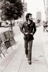 Bruce Springsteen passeggiando per Sunset Street