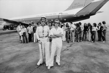 Elton John e il suo jet privato per il tour del 1974 all'aeroporto di Los Angeles